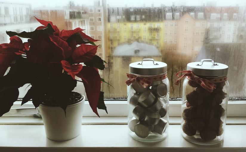 Sencilla decoración de Navidad de estilo clásico yescandinavo