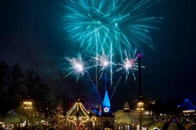 Fuegos artificiales en el parque de atracciones Tivoli de Copenhague